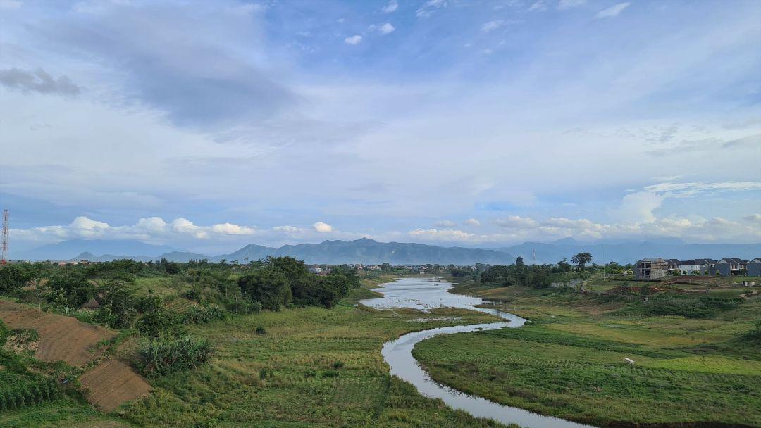 Aliran air dari Waduk Saguling dan deretan pegunungan di Selatan Bandung.