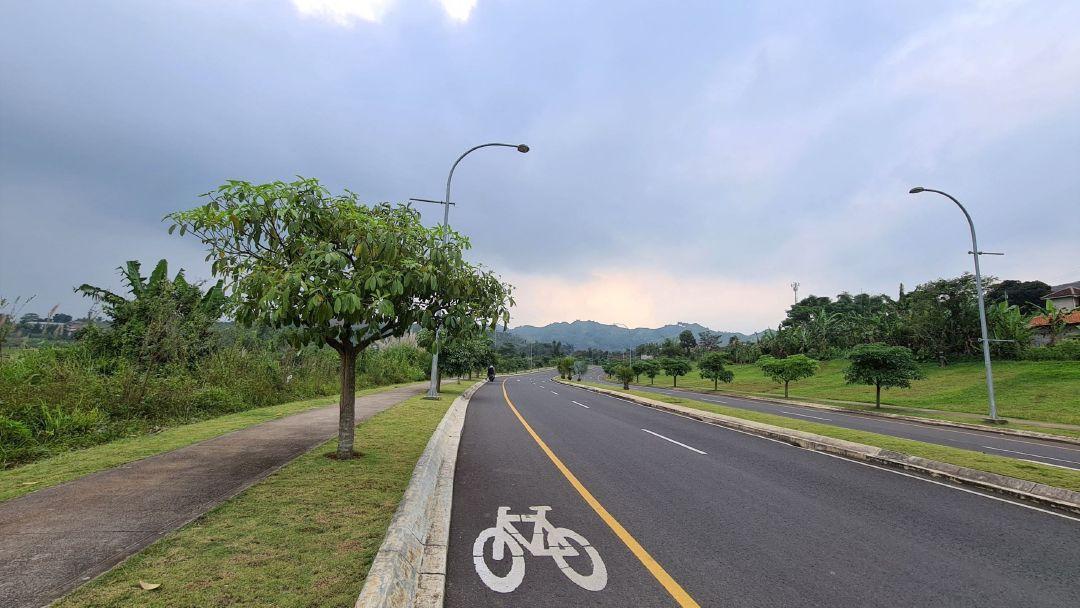 Jalan khusus untuk sepeda di Kota Baru Parahyangan.