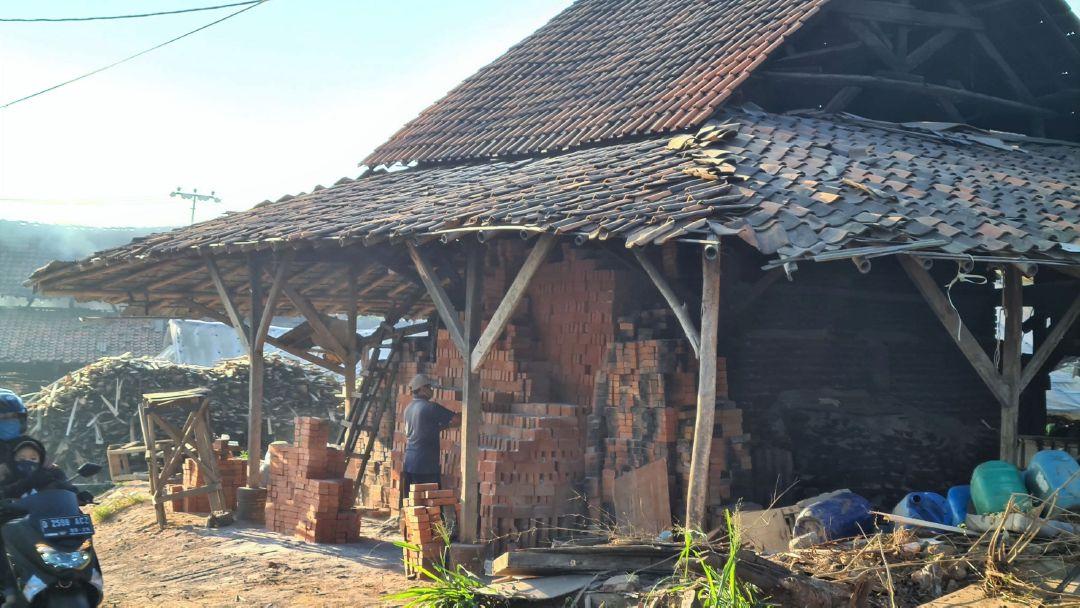 Sentra pembuatan batu bata tradisional di Jalan Koreh Kotok.