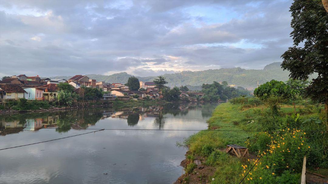 Anak Sungai Citarum membelah Jalan Daraulin di Nanjung.